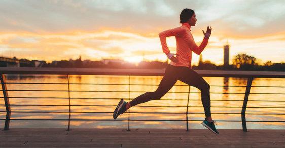 Doma, v službi, na poti v službo: vključite šport v vsakdanje življenje, da upočasnite staranje.
