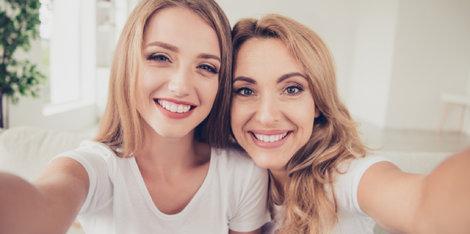 Kako lahko pravilno nanašanje pudra na kožo, ki je nagnjena k aknam, vrne samozavest vaši hčerki?