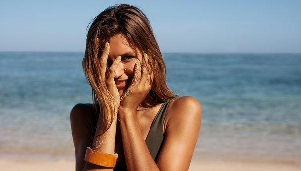 Kako zaščititi kožo nagnjeno k nepravilnostim v poletju?