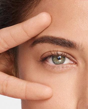Kako izbrati ustrezno nego za področje okoli oči v dneh, ko so v središču pozornosti prav naše oči?