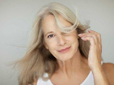 Vročinski valovi v menopavzi: vzroki, simptomi in kako se spoprijeti z njimi?